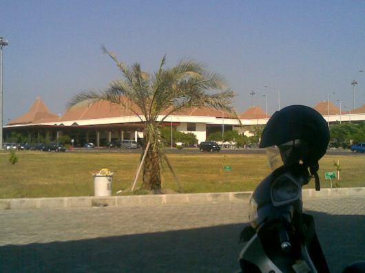 Saat kami singgah sholat di Masjid Bandara Juanda Baru
