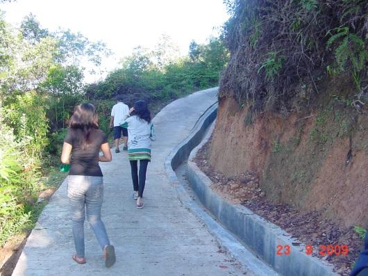 jalan menuju puncak bukit